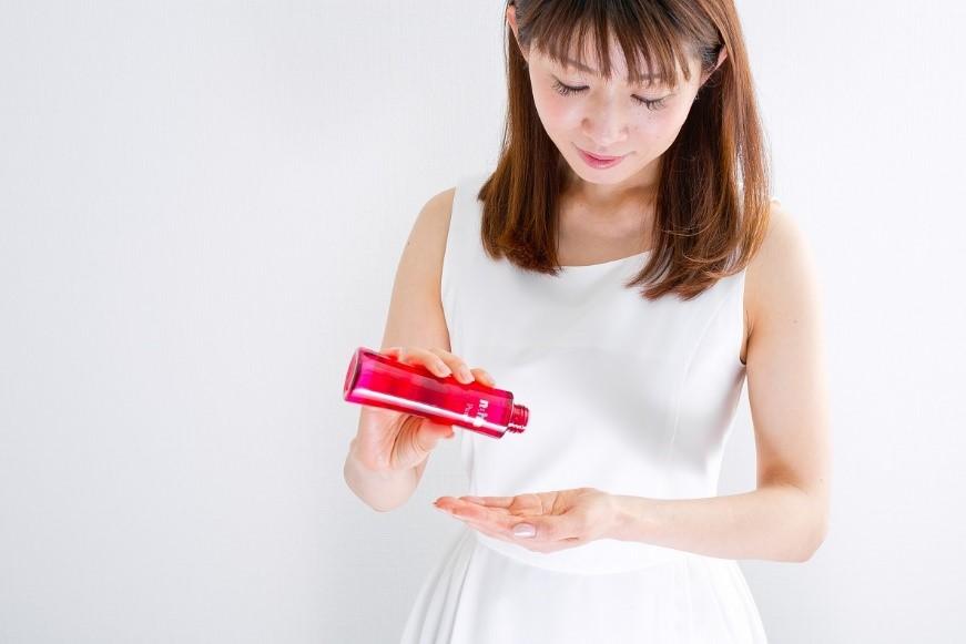 APPS化粧水「ナールスピュア」をつける女性